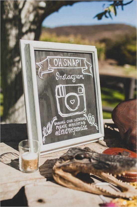 creativos carteles para bodas con el hastag de instagram - 5 carteles de boda graciosos