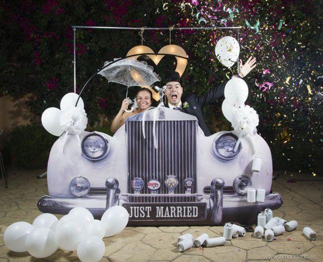 photocall 2 original coche antiguo con latas y globos - 5 carteles de boda graciosos