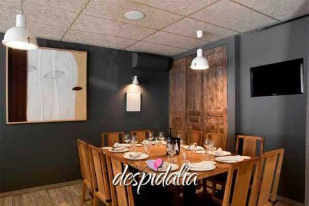 restaurante les corts despedidas4 445x296 - Cena + Show Boy