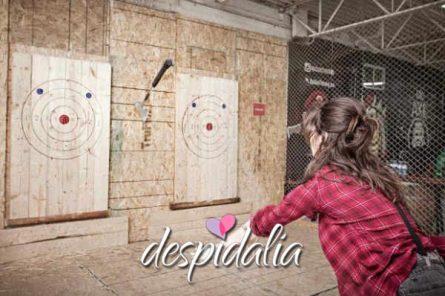tiro con hacha barcelona1 445x296 - Tiro con Hacha - Axe Throwing